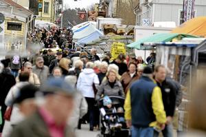 tufft för lions. När Askersunds kommun ordnade marknader själv gick de back kraftigt. Även Lions har fått erfara att arrangemanget drar med sig dryga kostnader. Arkivfoto: Göran Kempe