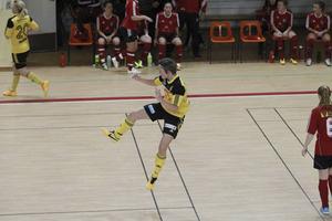 Stensätras Anna Hall bjuder på ett hopp av glädje efter sitt 1–0-mål i damfinalen.