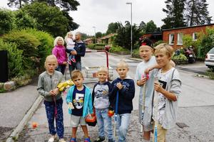 Trafiken från Västerbågen kommer under en period att ledas om till Älvdansvägen. Jenny Karlsson och Emil Holmström menar att det blir en ökad risk för deras och grannskapets barn som brukar cykla, leka och spela innebandy längs vägen.