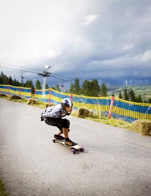 Ner ner ner nerför backen ner. Drygt 50 longboardåkare från hela Sverige tränade sina färdigheter i backen i Kungsberget i helgen.