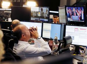 En börsmäklare i Frankfurt, Tyskland, reagerar på att Donald Trump blir USA:s nästa president.