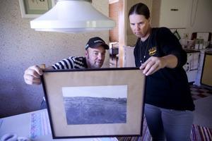 Leif och Nina Melin visar upp fotografiet över Viätt från 1918, då det fanns betydligt fler hus och faktiskt fyra rundlogar i byn.