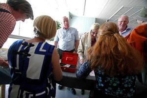 Full fart vid bokbordet. Köparna stod i kö när JLK:s nya konstbok släpptes i går. Här ses, från vänster, Lennart Ledin, Gunilla Ellis och Anders Rasmusson försäkra sig om var sitt exemplar.