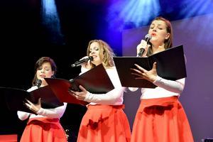 Emelie Alexandersson, Christell Kapo och Jasmin Kesäläinen övade en sista gång på sin á capella-sång innan genrepet drog i gång. I kväll är det premiär för