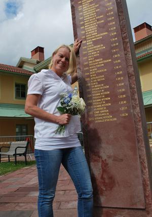 Karin Ersson vid sitt namn som graverats på stenarna utanför Vasaloppets hus efter att hon vann Tjejvasan 1997. Under sitt yrkesverksamma liv som skidlärare har hon bland annat undervisat Charlotte Kalla.