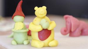 En grön tomte, gul nalle med prick på magen och den rosa elefanten. Alla är en vidareutveckling av en rund kula.