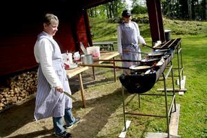 Karina Wexell och Vanja Isaksson, ambulerande kolbullemakare, serverade färskt kulturarv på hembygdsgården.