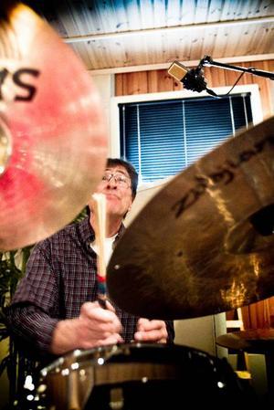 Gunnar Ohlsson återfinns som vanligt bakom trummorna när det blir en jazz- och swingkväll på Hyttan i Ljusne.