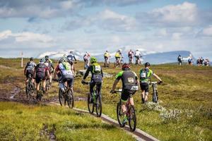 Cyklisterna kämpar sig över fjället under Fjällturen 2017, här syns Helagsfjället och Mittåkläppen i bakgrunden.