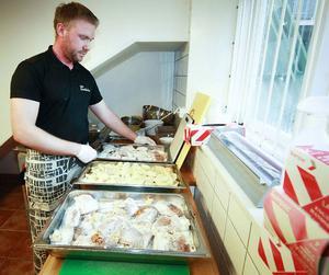 – Det mesta av det som serveras är tillagat av lokala råvaror, säger kocken Andreas Andersson.