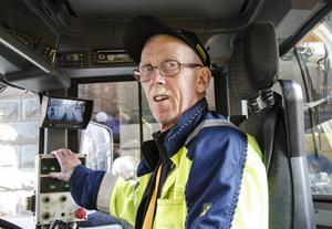 Lennart Sjöberg, gatuarbetare vid Sundsvalls kommun, är en av många som arbetar med gatusopningen.