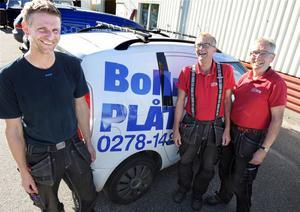 Krister Persson, till vänster, köper Bollnäs Plåt av Lars-Gunnar Persson och Bruno Blomberg.
