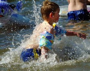 Barn som badar på grunt vatten kan vara mer utsatta för badklådan.