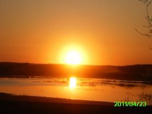 Så här vacker var solen när den gick ned påskafton 2011. Den speglade sig så vackert i