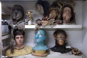 I Eva von Bahrs och Love Larsons ateljé på Kommendörsgatan i Stockholm finns en uppsjö av masker som är både trevliga och otrevliga att se på.