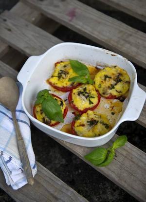 Polentafyllda tomater med kapris, oliver, parmesan och färska örter.