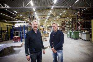 Stig-Olof Elmelind, vd för Pepab, lär studenten Mikael Visuri tunnplåtsbranschen. Mikael Visuri ger Stig-Olof Elmelinds företag nya kunskaper och perspektiv.