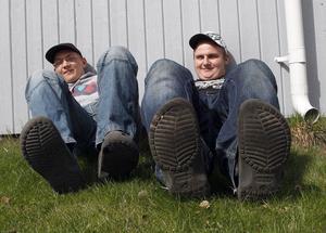 Johan Bergius, 17, Näsviken och Patrik Bodin, 17, Enånger:– Foppatofflor. Näst bäst efter träskor och dessutom är de luftiga och man slipper tåbira.