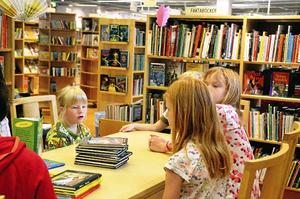 Lovisa Thybeck diskuterar böcker med Annie och Penny Haglund. Foto: Emilie Pless