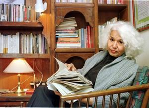 Kommer. Egyptiska Nawal El Saadawi har flera gånger levt i exil eftersom hennes böcker provocerar islamisterna inte minst i hennes hemland. I Stockholm deltar hon i ett seminarium om migration och kvinnlig erfarenhet. Foto: Scanpix