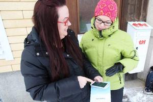 Twitterföreläsaren Sophia Sundberg och Annika Myhr, näringslivsutvecklare på kommunen, spanar tweetar.