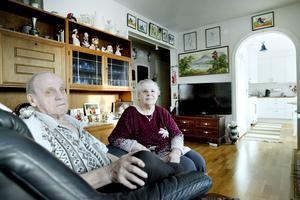 Gulli Engvall, 84 år, och hennes man Gunnar och berättar om deras krångel att få köpet hävt.