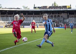 Foto: Christine Olsson / TT. Frida Skogman i en duell mot Djurgårdens Frida Svensson i Damallsvenskan 2017.