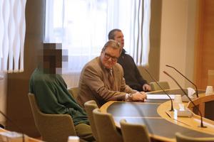 Advokat Peter Lindström med sin klient, den numera häktade 20-åringen.