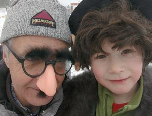 Förskoleläraren Lasse-Bror Andersson vid Furans förskola ville inte vara sämre han än och kom traskande i glasögon med stor näsa. Här tillsammans med det lilla trollet Love Eriksson.