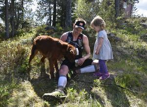 Andreas Svanebo har precis gått i mål som segrare på herrarnas 49 kilometer. Här tillsammans med hunden Puma, 8, och dottern Ripa, 2.