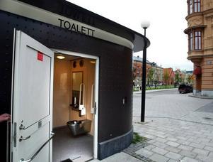 Kvinnan befann sig på toaletten vid taxistationen när hon blev misshandlad.
