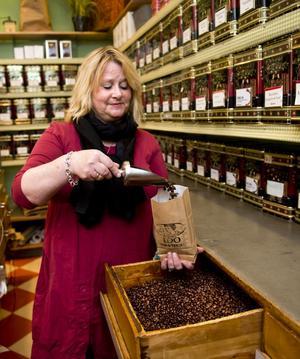 Åsa Aronsson tog över Sundsvalls äldsta te- och kaffehandel 2005 och har behållit inredningen från 50-talet. Hon förvarar kaffebönorna i de stora trälådorna och ovanför trängs massor av teblandningar.