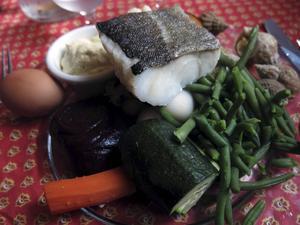 Aiòli är i Provence en utsökt maträtt med olika kokta grönsaker och rotfrukter, kokt ägg, havssniglar och fin fisk.   Foto: Johan Öberg