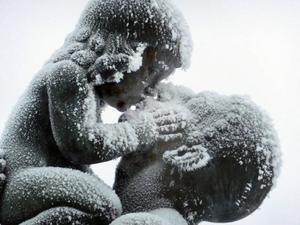 Frostinklädda känslor mellan far och son i Olof Ahlbergs staty.