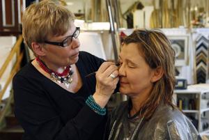 – Jag som aldrig sminkar mig, sa Susanne Jansson, som blev den första att bli provsminkad av Anna-Lena Nordebo.