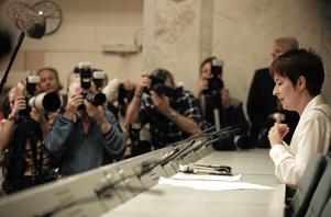 Toblerone-affären. Mona Sahlin förklarar sina kontokortsaffärer vid en välbesökt presskonferens för nästan 17 år sedan. Borgerliga politiker som ställer till det för sig kommer lindrigare undan, enligt artikelförfattarna. Arkivbild: Tobias Röstlund/SCANPIX