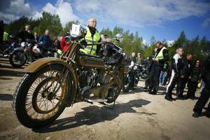 Många samlades kring Valborundans verkliga veteran, en Motosacoche från 1925 med ägaren Erling Carlsson från älvsjö.
