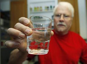 Det var Kjell Svemark som tog med sig ett glas vatten till kommunens möte för cirka 14 dagar sedan. Ingen av de närvarande politikerna vågade dricka när Kjell bjöd på vattnet.