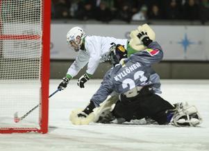 Jesper Jonsson kliver runt Kimmo Kyllönen och lägger in 3–1.