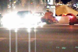 Skotern kryssar bland bilarna på Södra Kungsgatan. I högra hörnet syns det som kameran på hjälmen filmade.