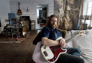 Johan Dereborns Fender precision bass är två månader äldre än honom, båda från 1964, och har hängt med i 17 år.