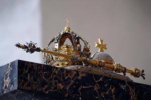 Johan III:s regalier som blev stulna - krona, spira och riksäpple.