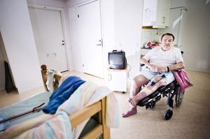 Efter två månader på Lyckbacken i Njutånger tvingades Sven Larsson under tisdagen flytta hem till sin lilla tvåa som inte är anpassad för den som sitter i rullstol.