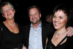 """Annika Persson (till höger) var nominerad till årets företagare. Kamraten Kjerstin Härjeud och sambon Kent Karlsson hejade glatt på före prisceremonin. """"Vi tror på Annika"""", säger det."""