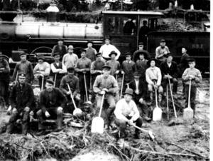 Ett gruslastarlag står uppställda framför banans lok nummer 1 1894. Ådalens sågverksområde var då så framgångsrikt att en järnväg byggdes från Härnösand till Sollefteå.