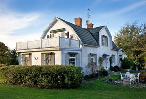 Eriksgården ligger i utkanten av Fjugesta, med Sannabadet som närmaste granne. Huset är från 1914.