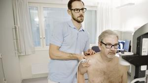 Salabon Claes Göran Färnqvist har fått en axelskada och blir undersökt av fysioterapeuten Magnus Wennerlund.