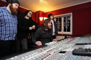 Isobel & November i studion. Per-Erik Söderberg, Jimmy Jönsson, Mattias Bejmo och Jens Räsänen lyssnar på nya låtar.