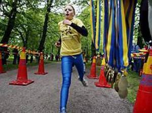 Foto: GUN WIGH Först i mål. Det var barnens dag i Boulognern i går. 240 knattar sprang, joggade eller gick den elfte Knattejoggen och alla blev de vinnare, men Linnéa Troeng var först över mållinjen.
