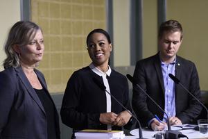 Kulturskoleutredningens särskilda utredare Monica Lindgren överlämnar sin rapport till kulturminister Alice Bah Kuhnke (MP) och utbildningsminister Gustav Fridolin (MP).